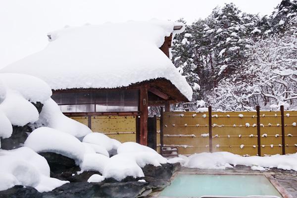 雪積る冬の天渓の湯の入口