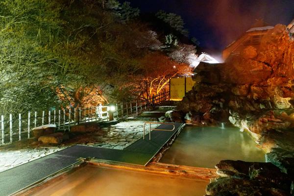 夜のライトアップされている天渓の湯