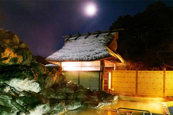 夜のライトアップされている冬の天渓の湯入口