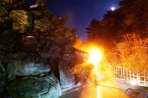 夜のライトアップされている冬の天翔の湯